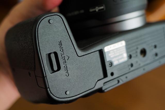 EOS RPのバッテリーカバー
